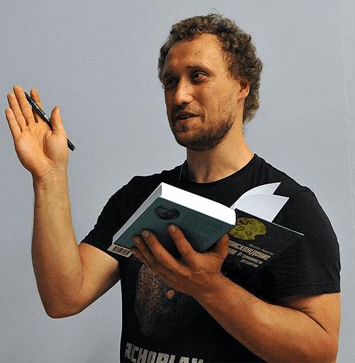 Михаил Никитин с книгой Происхождение жизни